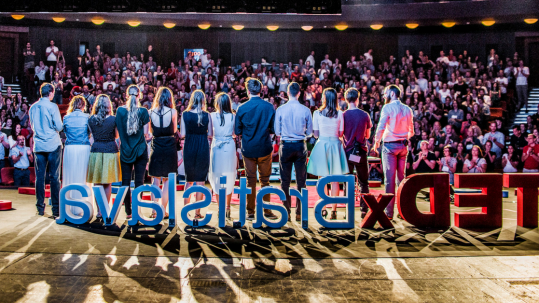 Organizačný tím TEDxBratislava počas už tradičných standing ovations.